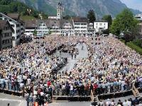 Una asamblea (Landsgemeinde) del cantón suizo de Glaris, en 2006.De Adrian Sulc, CC BY-SA 3.0, https://commons.wikimedia.org/w/index.php?curid=2192317
