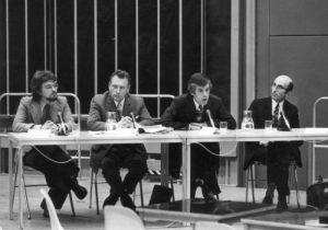 Niklas Luhmann (primero derecha) en un evento.