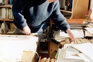 Niklas Luhmann en su despacho, junto a su celebre fichero de notas