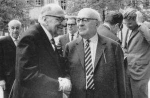 Escuela de Frankfurt.Max Horkheimer (izquierda), Theodor Adorno (derecha) y Jürgen Habermas (fondo derecha) en 1965 en Heidelberg.